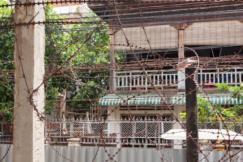 Väzenie Tuol Sleng - ostnatý drôt (Phnom Penh, Kambodža)