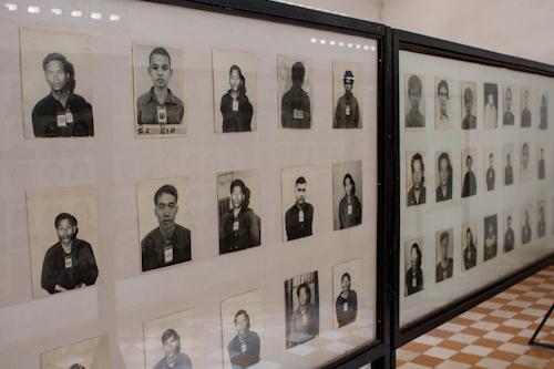 Väzni v Tuol Sleng (S-21, Phnom Penh, Kambodža)